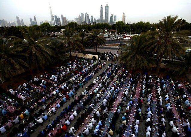 صور من إفطار العمال الأجانب في دبي