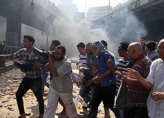 تبادل إطلاق النار بين قوات الشرطة وأنصار الاخوان المسلمين قرب مسجد بالقاهرة