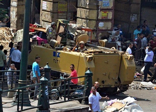 بالصور: الشرطة المصرية تخرج المعتصمين في جامع الفتح في القاهرة