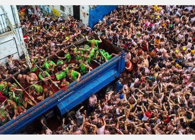 صور من مهرجان الطماطم السنوي في اسبانيا