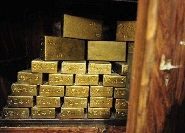 الذهب يتراجع ويفقد مكاسب أوائل الجلسة اليوم