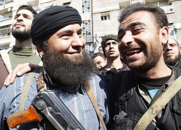 بالصور: مئات المسلحين يسلمون أسلحتهم في ريف دمشق بعد مصالحة مع الحكومة