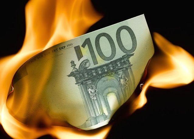 اليورو يتراجع نصف بالمئة مقابل الدولار ليسجل 1.0638 دولار