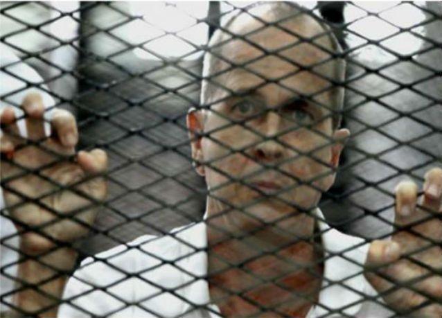 محكمة مصرية تخلي سبيل صحفيين بالجزيرة على ذمة إعادة محاكمتهما