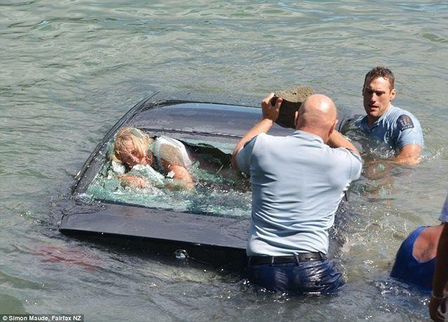 """بالصور: الشرطة تحطم زجاج سيارة """"بي إم دبليو"""" بنجاح"""