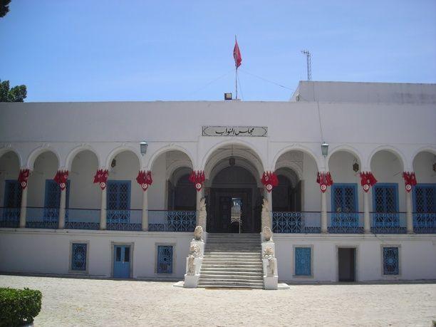 تبادل لإطلاق النار في مبنى البرلمان التونسي واحتجاز مسلحين لرهائن من السياح