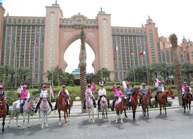 """بالصور: أبطال العالم بالفروسية يدعمون """"القافلة الوردية"""" في دبي"""