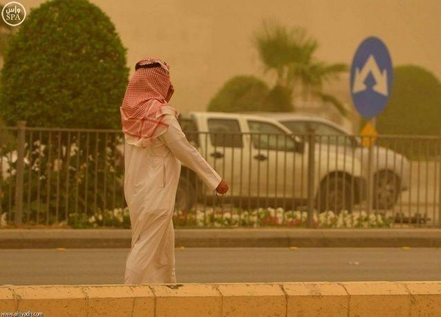 """بالصور: العاصفة الرملية """"مُظلمة"""" تنحسر اليوم من السعودية"""
