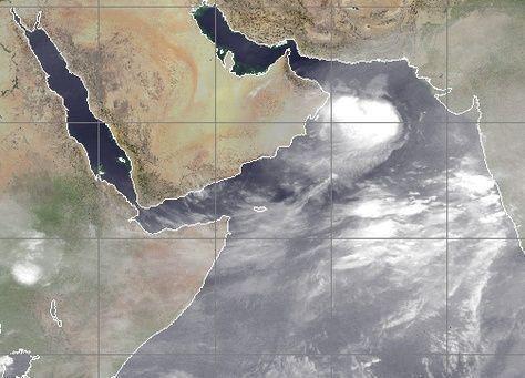 العاصفة أشوبا على بعد 500 كيلومتر من سواحل عمان وسرعة رياحها 92 كم/ساعه