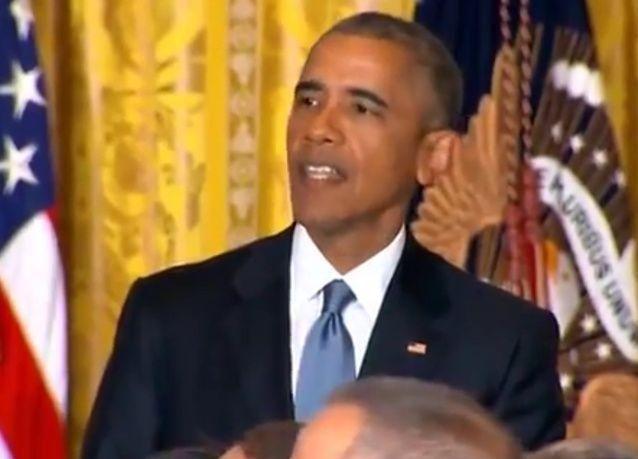 شاهد حنكة أوباما في استعادة انتباه الحضور بعد أن خطف أحدهم اهتمام الجميع بهتافاته