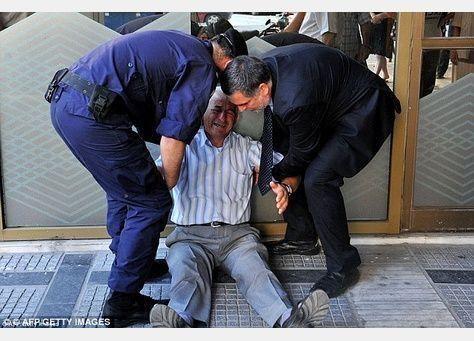 إنقاذ رجل يوناني انتشرت صورته باكيا بتقديم كل نفقات معيشته
