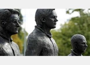 """عرض تماثيل """"الشجعان الثلاثة"""" سنودن وأسانج ومانينغ في جنيف"""