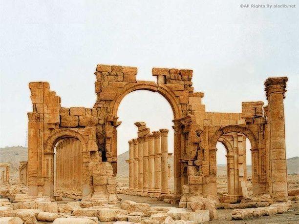 تنظيم داعش  يُفجر قوس النصر الاثري في مدينة تدمر في سوريا