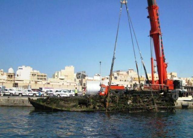 انتشال سفينة تزن 100 طن من خور دبي