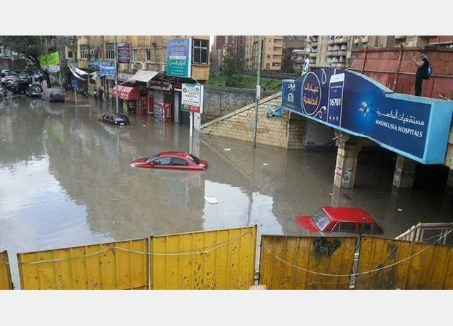السيول تتسبب بموت 6 في الإسكندرية بسقوط كابل ترام