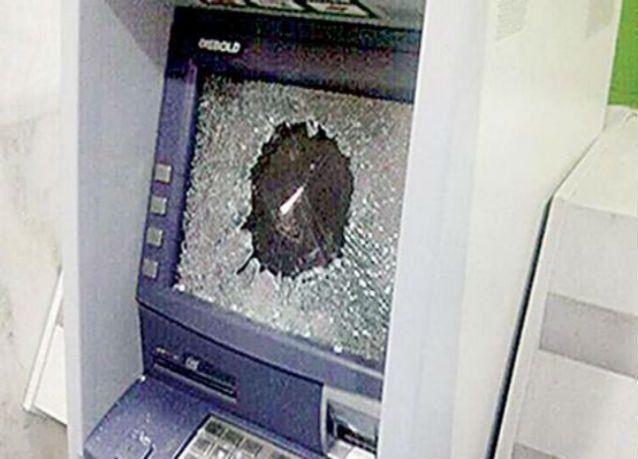 """أربعيني """"مفلس"""" يهشّم 15 جهاز صراف آلي في السعودية"""