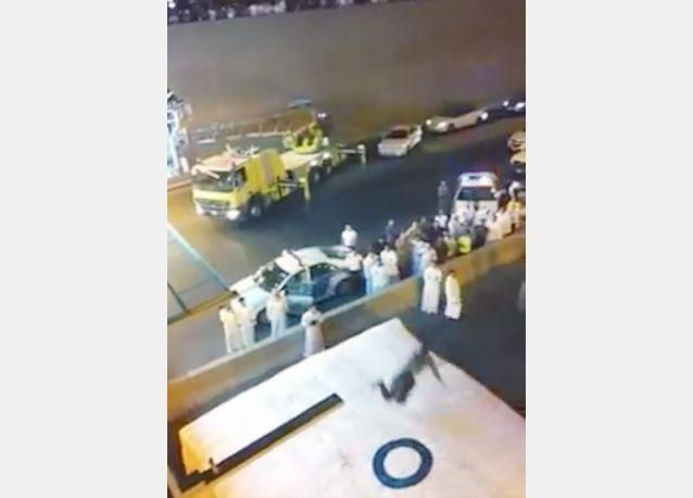 ركل شخص للسقوط لإنقاذه من محاولته الانتحار