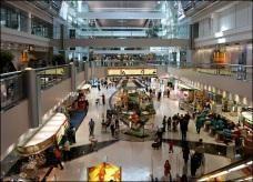 يسافر حافيا تاركا حذاءه المحشو بالذهب في مطار دبي