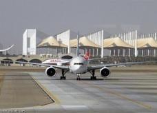 """""""عائشة جعفري"""" أول سعودية تحمل ترخيصاً لـ «ترحيل الطائرات»"""