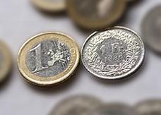 تراجع اليورو الى أدنى مستوياته امام الدولار