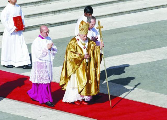 بالصور: مختل عقلياً يحرق الإنجيل أمام بابا الفاتيكان