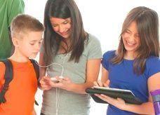 كيف يحمي الأهل أبنائهم من مخاطر الهواتف الجوالة؟