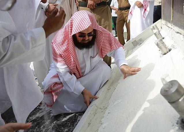 """بالصور : السديس وكبير سدنة الحرام يشرفان على مشروع تجديد رخام """"شاذروان"""" الكعبة"""