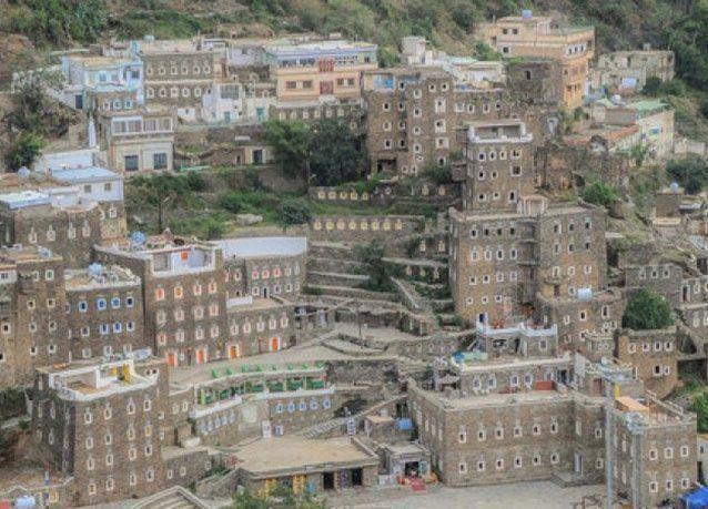 """بالصور : قرية """"رجال ألمع"""" تزهو بإطلالتها الرائعة بين جبال السعودية"""