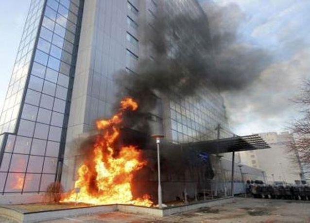 بالصور : اشتباكات في كوسوفو .. ومتظاهرون يضرمون النار في مقر الحكومة