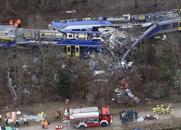 بالصور : تصادم قطارين وجهاً لوجه بولاية بافاريا الألمانية