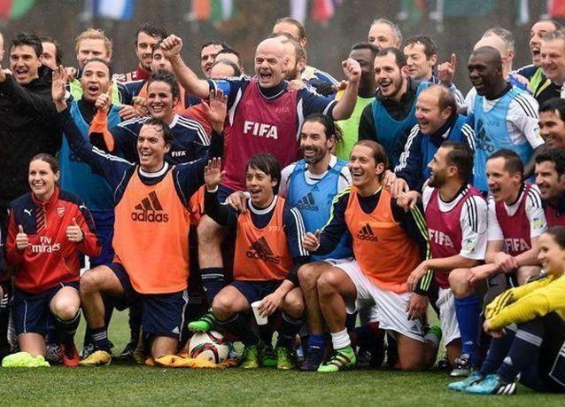 بالصور : إنفانتينو يشارك في مبارة ودية مع نجوم الكرة بيومه الأول في الفيفا