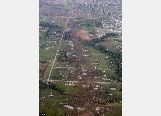 بالصور: أعنف إعصار بالتاريخ يمحو مدينة خلال دقائق في أوكلاهوما