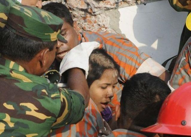 بالصور:  العثور على امرأة على قيد الحياة بعد 17 يوما تحت الأنقاض في بنغلاديش