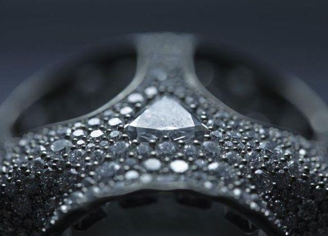 بالصور : ساعة على شكل جمجمة من الألماس بسعر 777،964 دولار