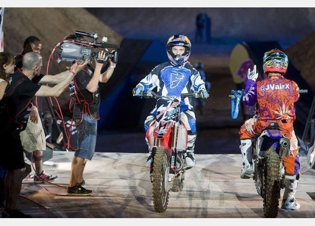 صور من مسابقة ريدبول الاستعراضية للدراجات النارية في دبي