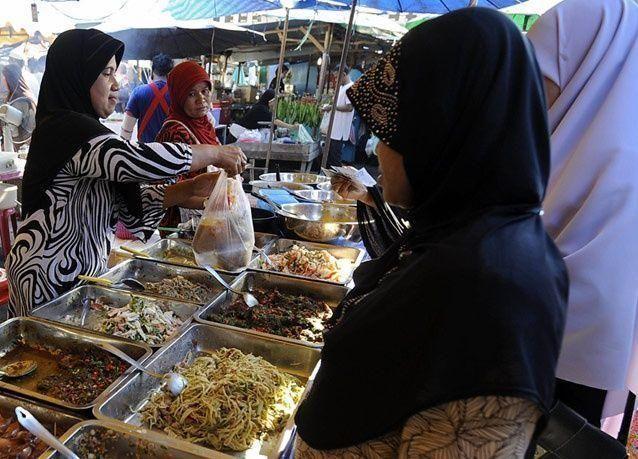 صور من حول العالم للإفطار في شهر رمضان