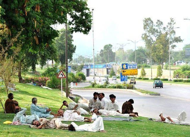 صور لمسلمين باكستانيين يستمتعون بإفطار الشهر الكريم