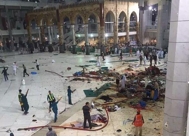 بالصور : سقوط رافعة بناء في ساحات الحرم المكي بالسعودية