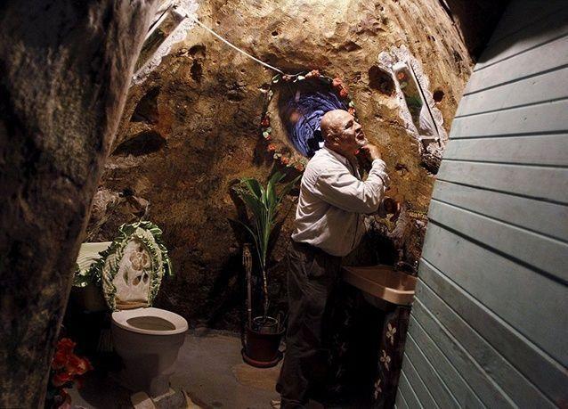 بالصور : رجل يقضي 12 عام من حياته في حفر منزل تحت الأرض لعائلته