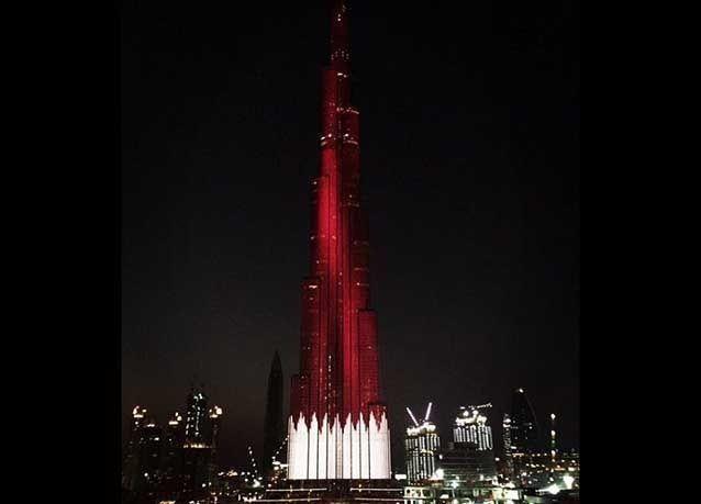 """بالصور :  """"برج خليفة"""" يتزين بألوان علمي قطر والبحرين"""