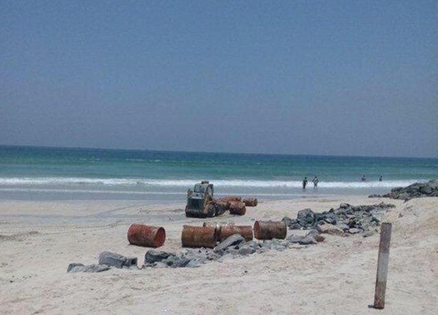 بلدية الشارقة تنجح بانتشال 400 برميل ديزل من سفينة قبالة سواحل الشارقة