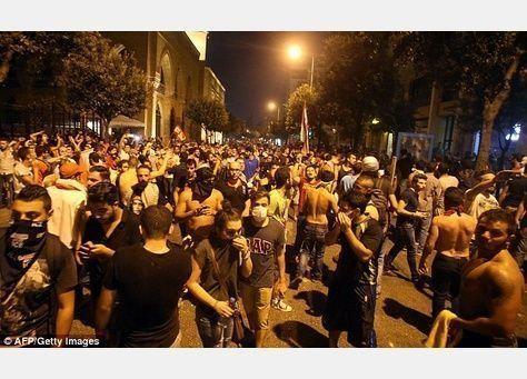 آلاف اللبنانيين يحتجون ضد الحكومة في بيروت