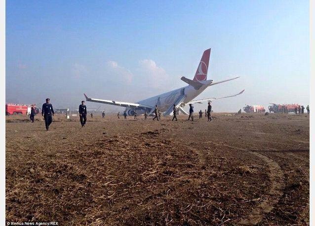 بالصور: إصابة أربعة أشخاص أثناء هبوط طائرة ركاب تركية في نيبال