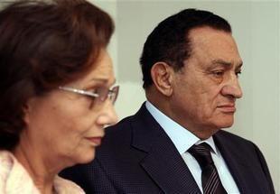 مصر تؤكد: مبارك وأسرته لم يغادروا شرم الشيخ