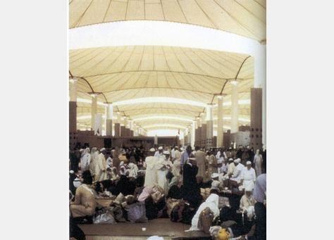 معتمرون مصريون يقتحمون ساحات مطار سعودي ويطاردون طائرات ويصيبون 8 موظفين