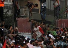 """متظاهرون مصريون يهدمون جدار حماية سفارة """"إسرائيل"""""""