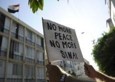 إسرائيلي يرفع لافتات ضد القاهرة أمام سفارة مصر بتل أبيب