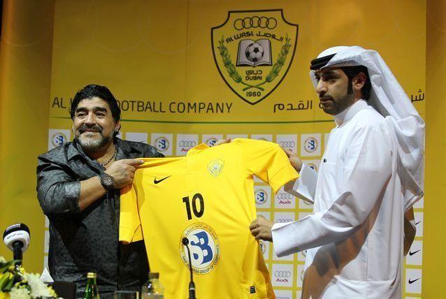 بالصور: مارادونا يتسلم القميص رقم 10 من نادي الوصل الإماراتي