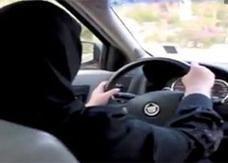 القبض على سعودية تقود سيارة برفقة أخيها
