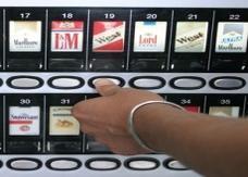 بريطانيا تمنع موزعات السجائر الآلية بدءا من اليوم السبت